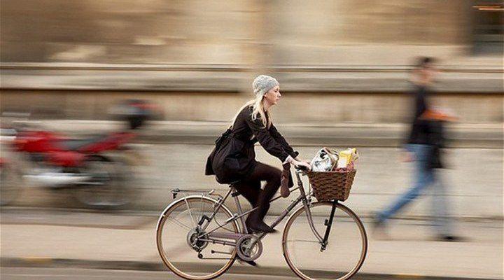 Женский велосипед в городе