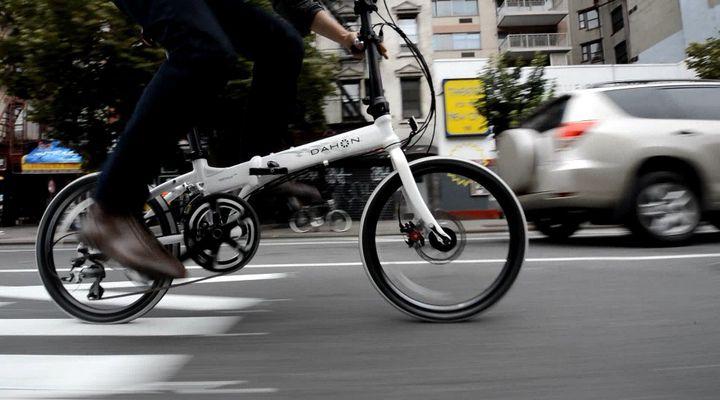 Складной велосипед в городе