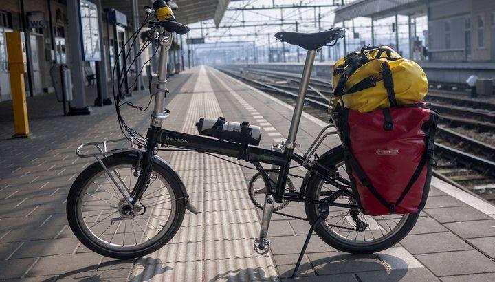 складной велосипед и баул